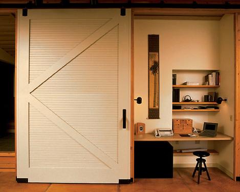 Werkplek verborgen door een schuifdeur